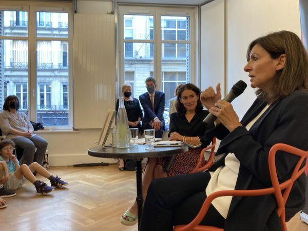 Anne Hidalgo en pleine discussion avec des électeurs nancéiens au Hall du Livre.