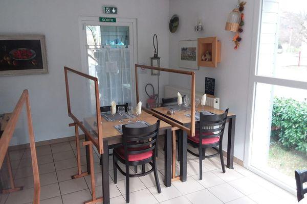 Des plaques en PVC sont installées entre chaque table