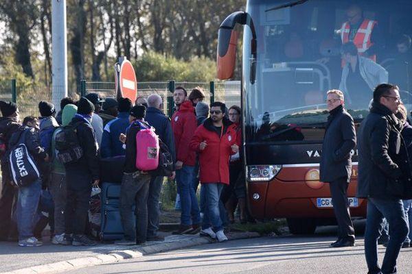 De jeunes migrants quittent la Jungle de Calais, le vendredi 28 octobre 2016.