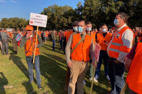 Dans la ligne de mire des chasseurs réunis au parc de la Hotoie à Amiens le samedi 18 septembre, la ministre de la Transition écologique Barbara Pompili, à qui ils reprochent de vouloir détruire les valeurs rurales.