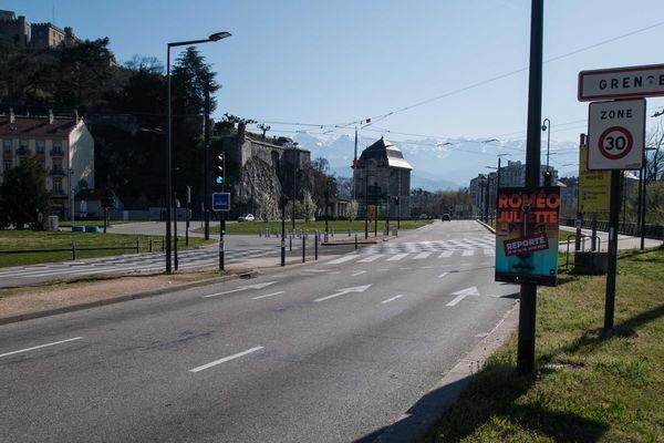 A l'entrée de Grenoble, porte de France, rares sont les voitures.