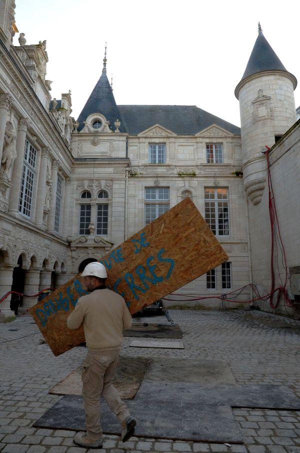 Les travaux de l'hôtel de ville sont sur la point de s'achever.