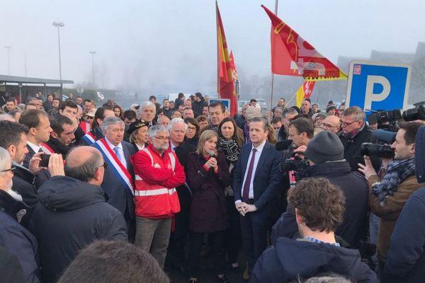 Agnès Pannier-Runacher (au centre) la secrétaire d'État auprès du ministre de l'Économie et des Finances, lors d'une visite aux Fonderies du Poitou à Ingrandes-sur-Vienne (86) le 08 mars 2019.