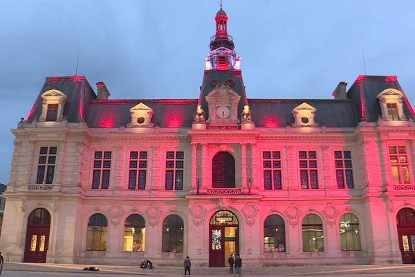 Du 9 au 14 décembre, l'Hôtel de Ville de Poitiers sera éclairé en rouge pour symboliser l'état d'urgence climatique.