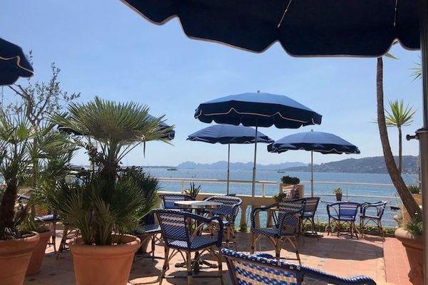L'hôtel Belles-Rives à Juan-les-Pins n'est pas complet mais teste de nouvelles offres pour attirer une clientèle qui sera française ou nord-européenne.