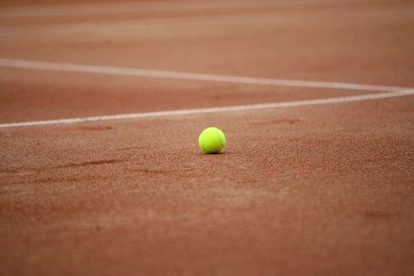 Photo d'illustration. Les joueurs de tennis vont à nouveau pouvoir pratiquer sur des terrains couverts. Le tribunal administratif de Toulouse a suspendu une partie de l'arrêté préfectoral qui interdisait toute pratique sportive dans des lieux clos en Haute-Garonne.