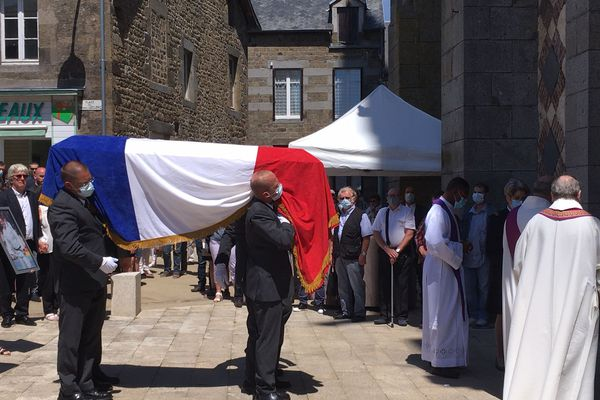 La ville de la Ferté-Macé rassemblée autour de la famille de Mélanie Lemée pour les obsèques de la jeune gendarme