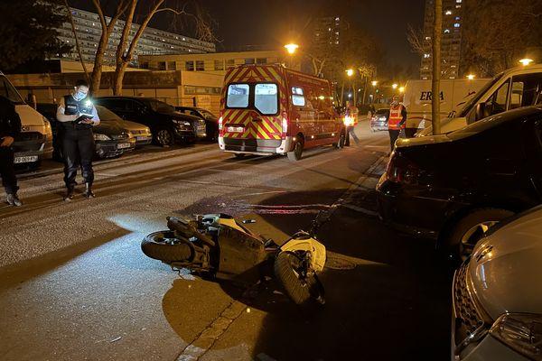 Le scootériste a renversé un policier rue Pierre Loti, dans le quartier des Côteaux à Mulhouse.