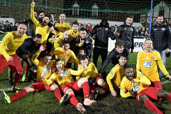 Les joueurs de l'AS Vitré fêtent leur victoire 3-2 en 8e de finale de la Coupe de France face à Lyon-Duchère.