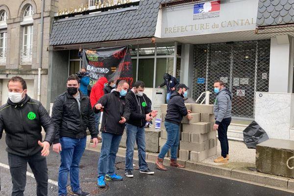 A Aurillac, des agriculteurs en colère ont muré la préfecture du Cantal.