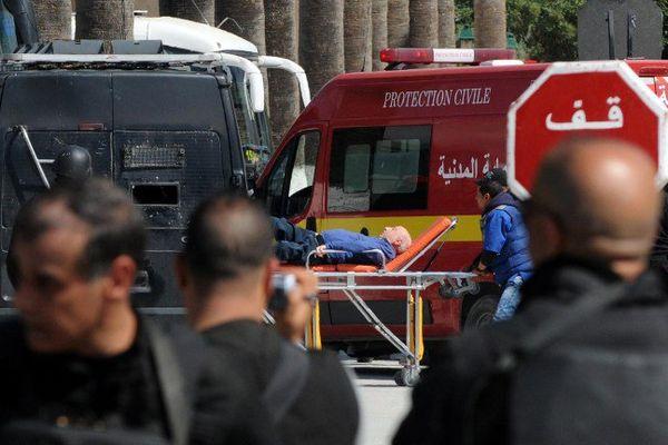 Une personne blessée est évacuée du musée Bardo (Tunis, Tunisie) où à eu lieu l'attaque terroriste (18 mars 2015).