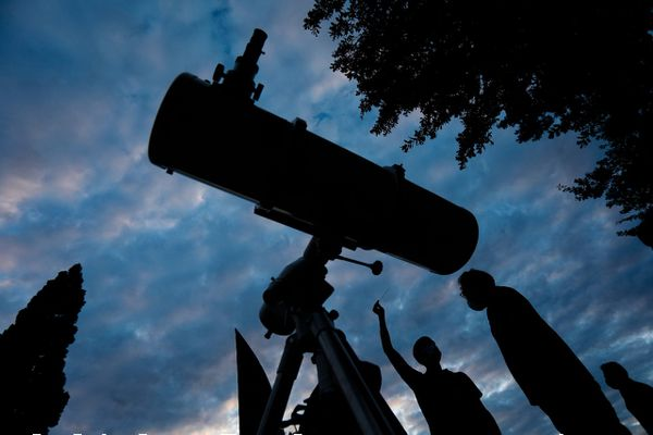 Les pluies d'étoiles filantes peuvent s'observer à l'oeil nu, mais un télescope est requis pour admirer les planètes visibles - Jupiter et Saturne cette année.
