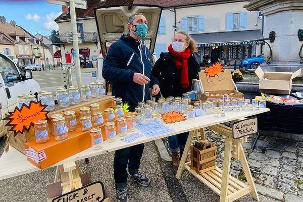 Sur le marché de Voiteur dans le Jura, l'étrange stand de la conserverie théâtrale tenu par la compagnie Pocket Théâtre