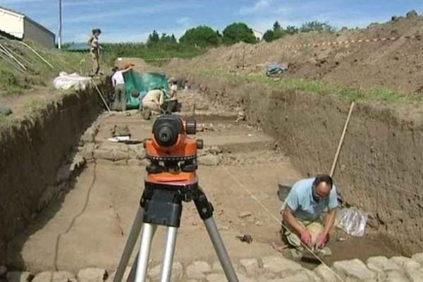 A Saint-Paulien, en Haute Loire, depuis trois semaines, un groupe d'une dizaine de personnes explore des vestiges romains.