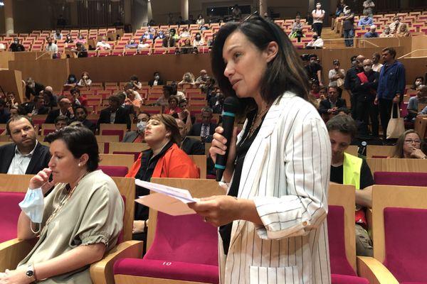 Emmanuelle Ajon, socialiste, fait équipe avec le maire Pierre Hurmic et le félicite lors de son élection par le conseil. Elle siégeait jusqu'à présent dans l'opposition.