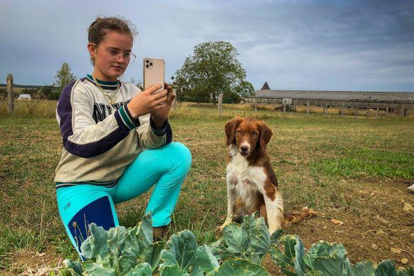 Eloïse Gross passe du tracteur au smartphone pour raconter son quotidien de maraîchère sur Instagram