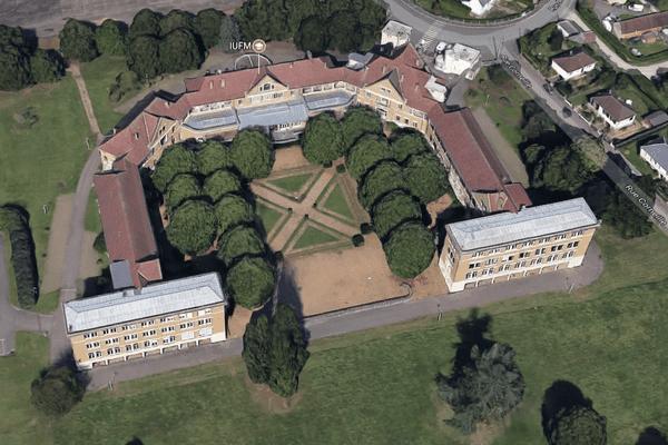 Le site inclut 3 parcelles cadastrales. Le gymnase, auparavant rattaché à l'établissement, a été préempté par la commune d'Évreux.