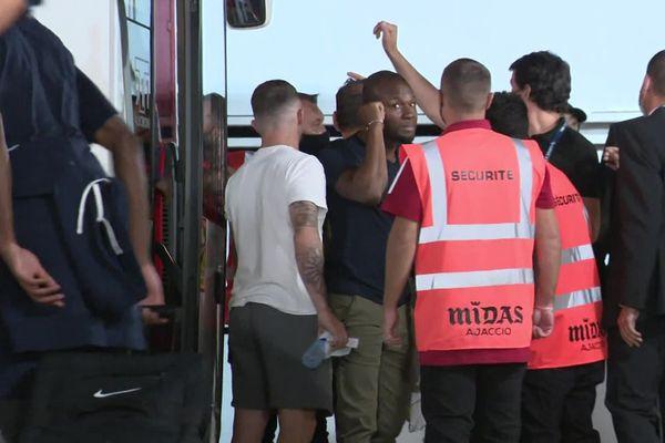Un attroupement autour du bus sochalien après le match de samedi 11 septembre. La sécurité est présente.