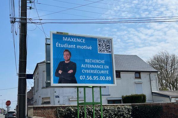 Maxence Bricout, 19 ans, cherche une alternance dans le domaine de la cybersécurité. Il a décidé d'investir dans des panneaux publicitaires pour multiplier ses chances de signer un contrat.
