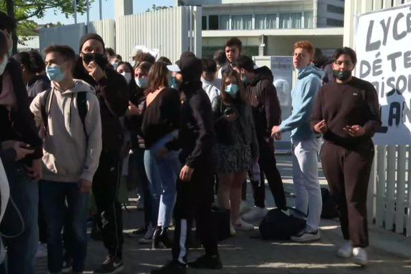 Les lycéens devant leur établissement à Lormont (Gironde)