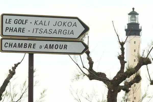 Au Pays basque français, la signalétique est bilingue depuis longtemps.