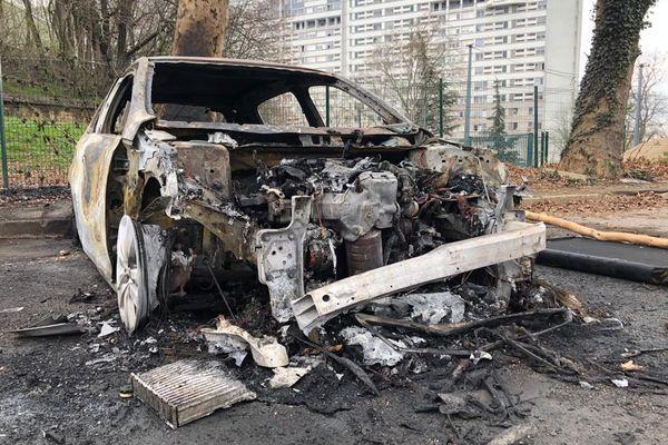 Violences urbaines dans le quartier de la Duchère à Lyon : six véhicules brûlés et 12 interpellations, a indiqué la préfecture