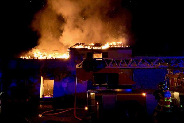Une trentaine de sapeurs pompiers est intervenue pour éteindre l'incendie à Saint-Lumine-de-Clisson en Loire-Atlantique, les occupants de la maison en étaient sortis avant l'arrivée des secours.