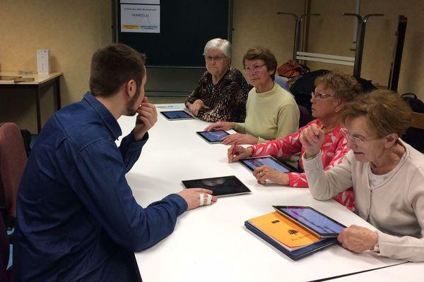 Les cinq stagiaires de la session initiation au numérique de Saulxures-lès-Nancy avec Théo