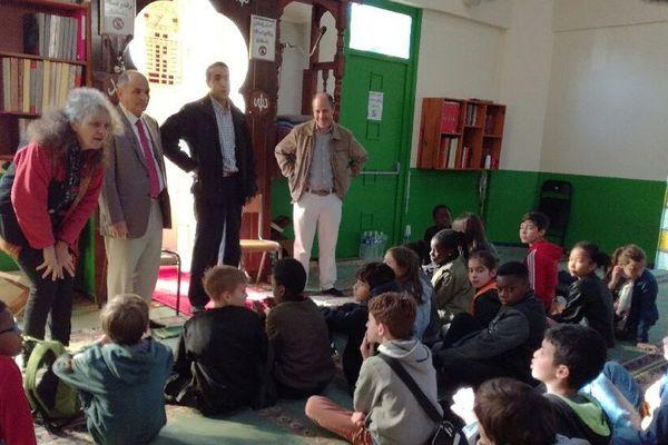 Les enfants ont des dizaines de questions à poser, ici dans la mosquée du Blosne à Rennes