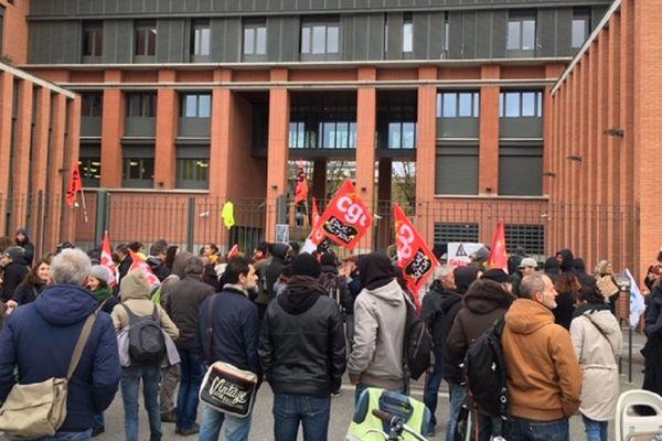 Des dizaines de manifestants bloquent l'entrée du rectorat.