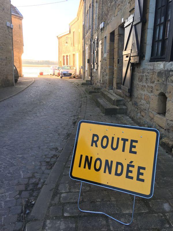 La rue du rivage à Warcq se termine en plage lorsque la Meuse déborde, l'accès aux sentiers voisins est alors impossible.