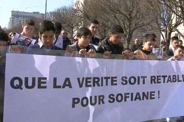 Une marche blanche a été organisée samedi 8 mars 2014 en hommage au jeune Sofiane, 21 ans. Celui-ci a été tué dans un accident impliquant un gendarme dijonnais.