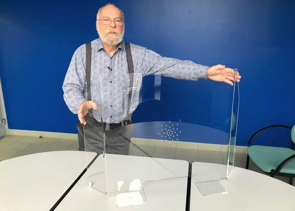 Jean François, PDG de la société Form XL nous présente nous présente l'un des deux modèles de protection bactériologique et virologique qu'il fabrique.