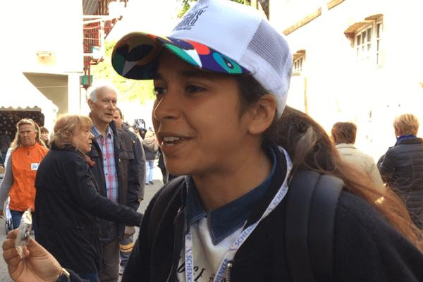 Dans les allés du Printemps de Bourges, Fiona vend des badges lumineux au profit du Secours Populaire Français