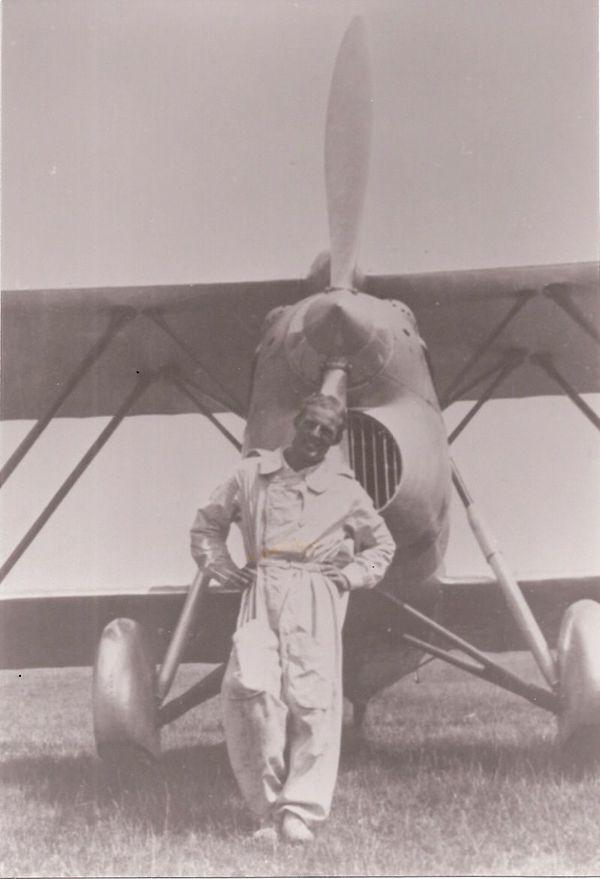 Le pilote italien Giorgio Graffer devant son chasseur Fiat CR.42 (photo non datée).
