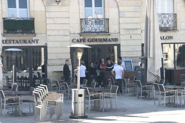 Dans ce café restaurant à Dijon, la disposition des tables et des chaises en terrasse, a donné matière à réflexion.