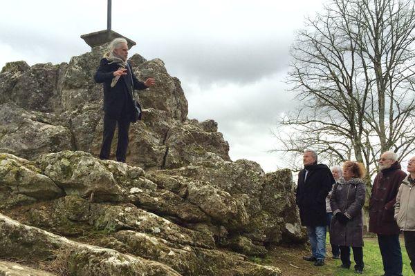 Les spécialistes au pied de l'une des plus belles roches témoin d'un impact météorite à Rochechouart le 3 mars 2016