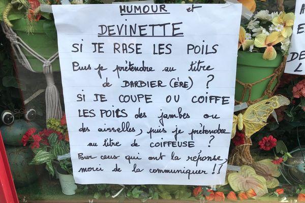 Une devinette écrite par Jocelene sur la devanture de son magasin d'esthétique.