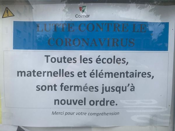Panneau apposé pendant l'épidémie de coronavirus devant l'école des tulipes, à Colmar. La ville compte 5228 élèves en maternelle et élémentaire.