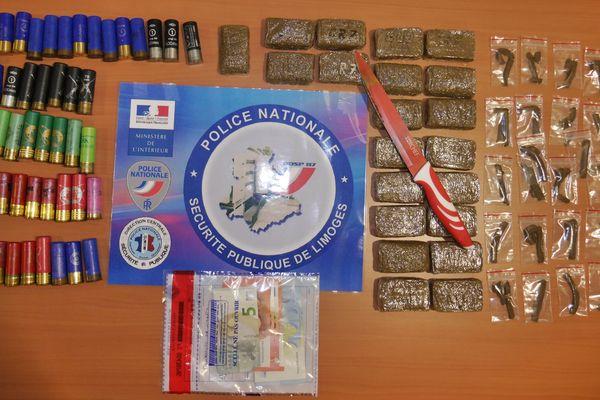 26 barrettes et 21 plaquettes de résine de cannabis ont été découvertes dans la voiture du trafiquant.