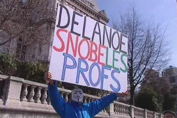 La réforme des rythmes scolaires a été adoptée au Conseil de Paris alors que des centaines de professeurs et de parents d'élèves manifestaient devant l'Hotel de Ville.