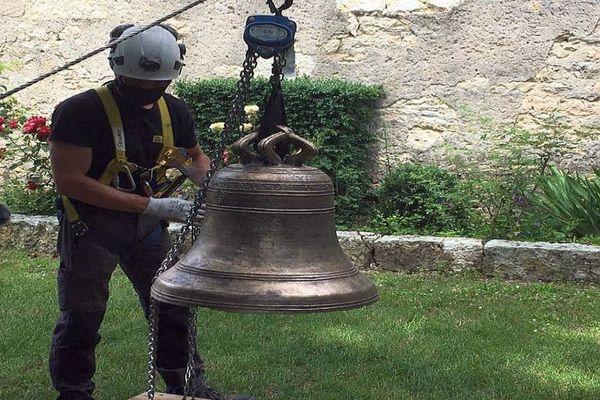 Villesèque (Lot) - la cloche de l'église du bourg de Trébaix est sur le point de retrouver son clocher, elle a été fondue en 1604 - 7 juin 2021.
