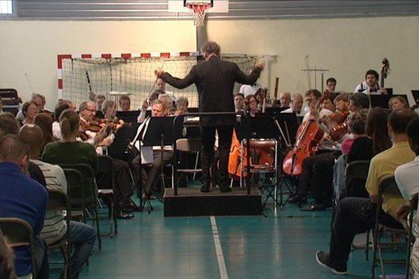 Le maestro Jean-Claude Casadesus dirige les musiciens de l'ONL devant une soixantaine de détenus à la prison de Sequedin