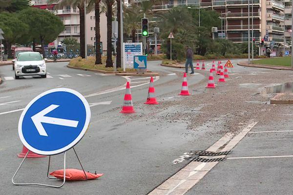 À Cagnes-sur-Mer, la circulation automobile a aussi été impactée par ces galets venus de la mer.