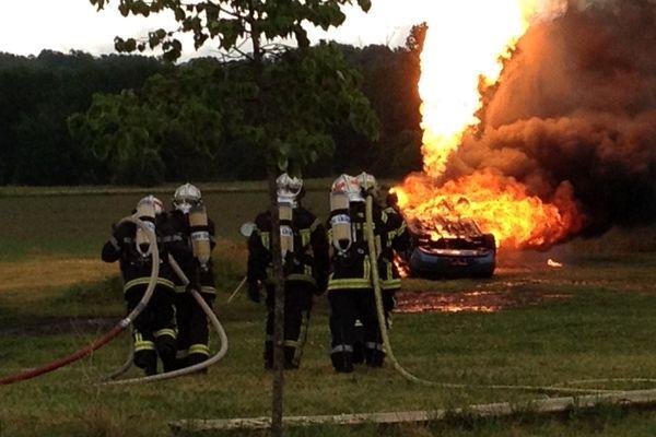 Les pompiers se sont notamment formés aux techniques d'extinction d'incendie sur véhicule GPL.