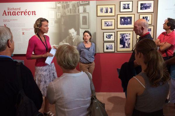 """Tous les mardis, pendant l'été, """"Vue du lac Léman"""" de Gustave Courbet est présenté au public par la conservatrice du musée et son adjointe."""