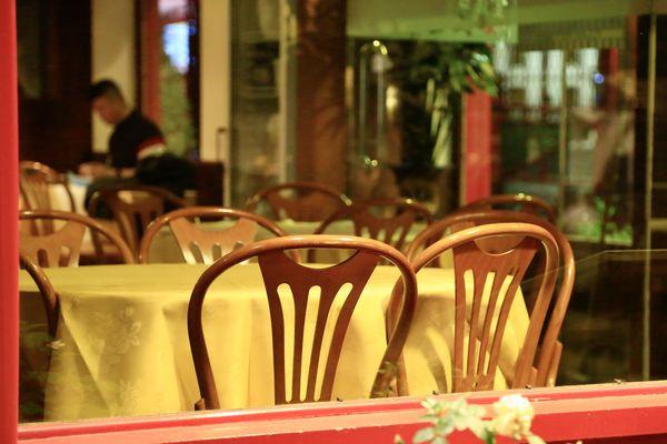 Un restaurant vide en raison de la crise sanitaire qui touche l'Europe.