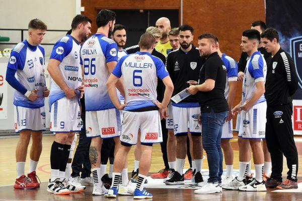 L'entraîneur du Grand Nancy Métropole Handball et ses joueurs