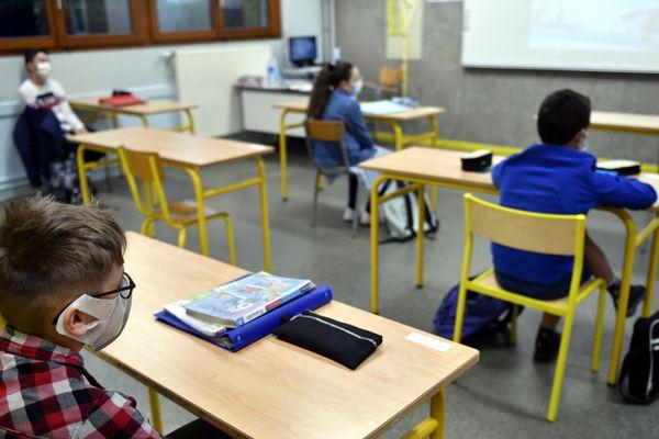 En respect du protocole sanitaire, les élèves n'entrent en contact qu'avec leur petit groupe de classe.