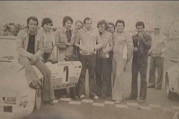 Jacques (à gauche) et Jean-Marie Alméras (3e en partant de gauche) sur une Porsche 944 turbo Alméras dans les années 1980.